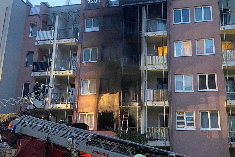 Das Feuer war in den Abendstunden des Dienstags im ersten Stock des Hauses im Nürnberger Stadtteil Maxfeld ausgebrochen.