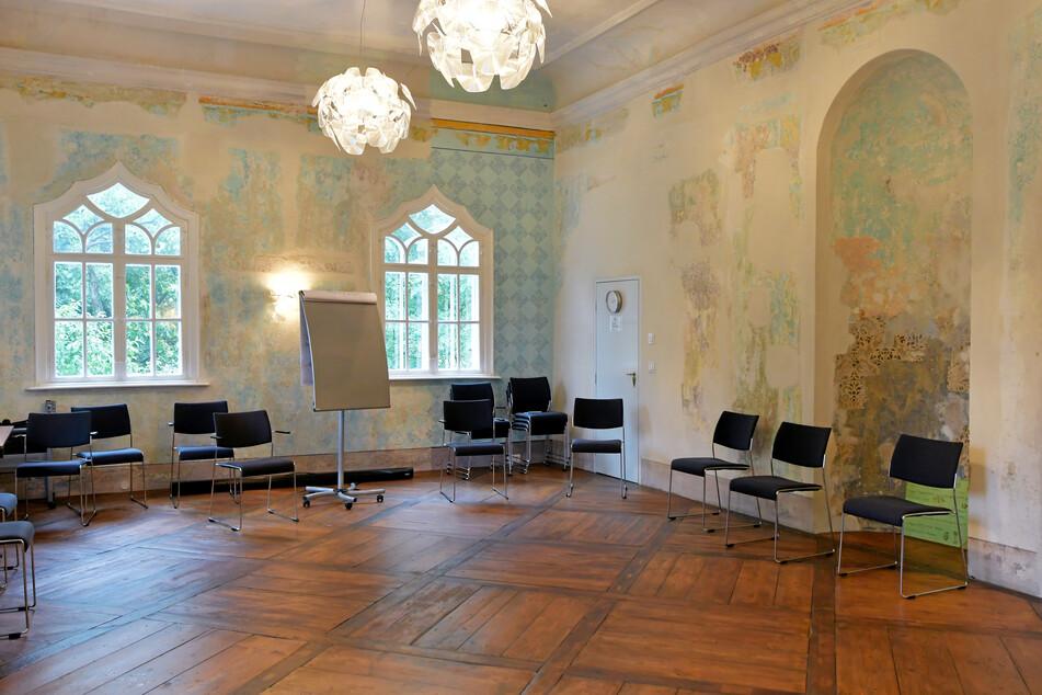 Edel auch im Inneren: Im historischen Saal wurden Parkett und Wandbemalung erhalten.