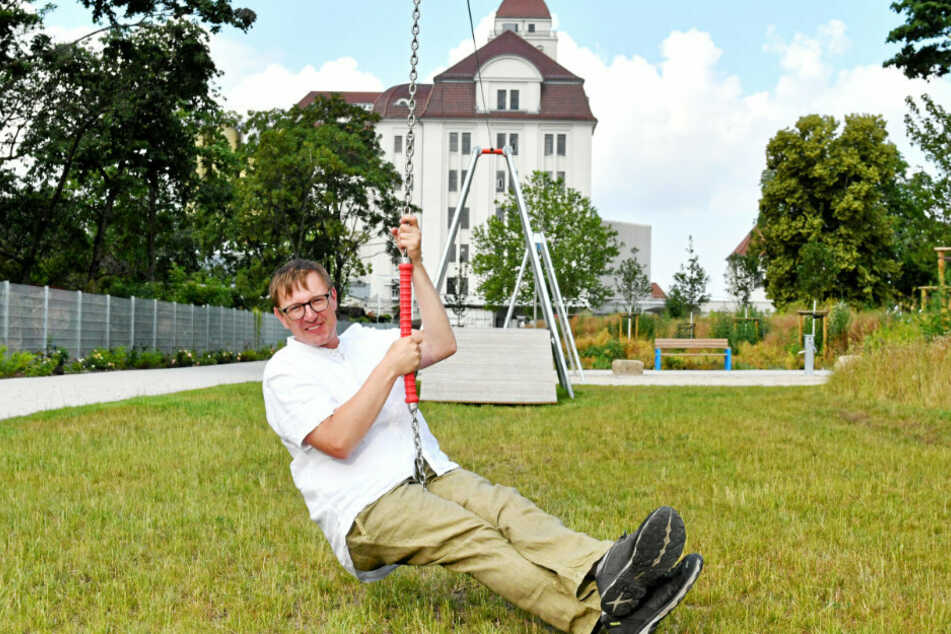 """Florian Ehrler (39) beim Seilbahn-Fahren im Stadtgarten """"Am Alberthafen"""". Der Landschaftsarchitekt hat viele Sanierungsprojekte in der Friedrichstadt realisiert."""