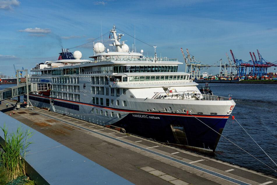 """Das Kreuzfahrtschiff """"Hanseatic nature"""" von Hapag-Lloyd Cruises im Hamburger Hafen."""