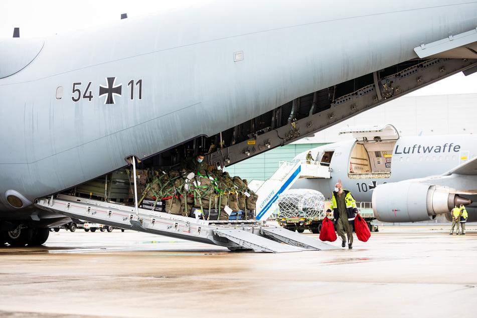 """Ein Soldat belädt ein Transportflugzeug vom Typ """"Airbus A400M"""" auf dem Gelände vom Fliegerhorst Wunstorf."""