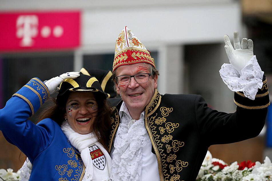 Christoph Kuckelkorn, Präsident des Festkommitees Kölner Karneval, und Frau Katia beim Kölner Rosenmontagsumzug 2019.