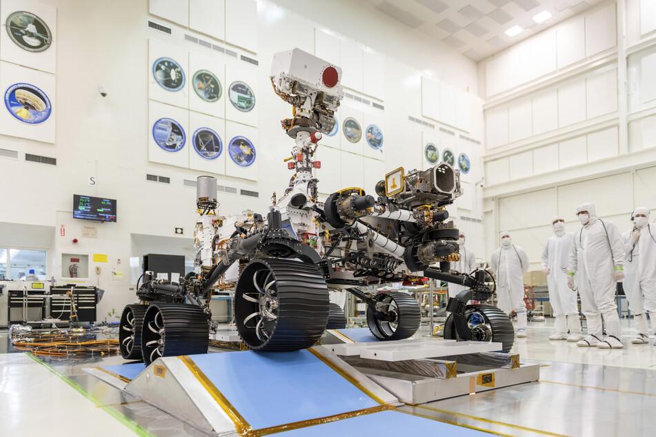 """Der Rover """"Perseverance"""" bei einem Fahrtest im Dezember 2019."""