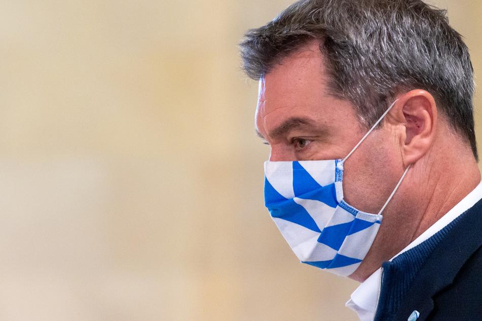 Markus Söder (CSU), Ministerpräsident von Bayern, kommt mit seinem blau-weißen Mund-Nasen-Schutz zur Kabinettssitzung in die Bayerische Staatskanzlei.