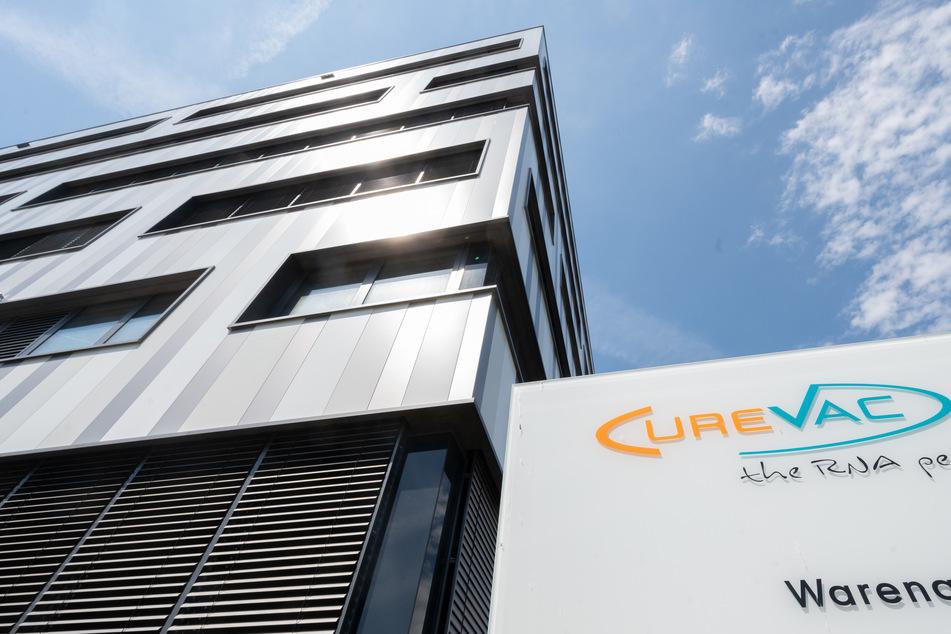 Ein Schild mit dem Logo des biopharmazeutischen Unternehmens Curevac steht vor der Zentrale in Tübingen.