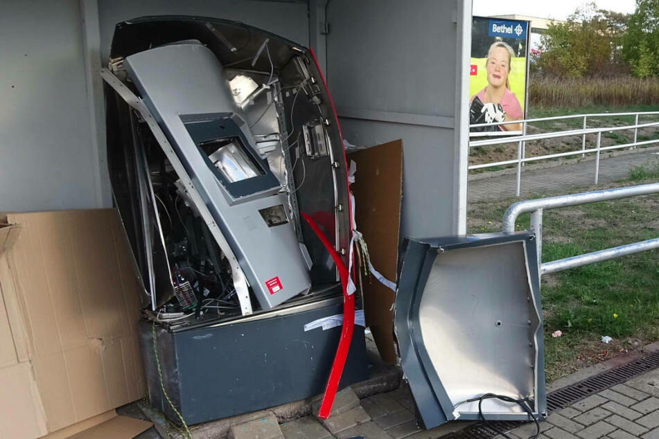 Ein explodierter Fahrkartenautomat am Bahnhof Südstadt in Halle. Die Tatverdächtigen sollen insgesamt 17 Automaten gesprengt oder aufgehebelt haben. (Symbolfoto)