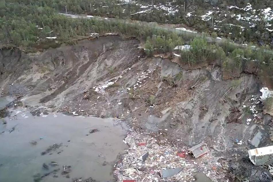 Erdrutsch reißt riesiges Loch in Landstraße