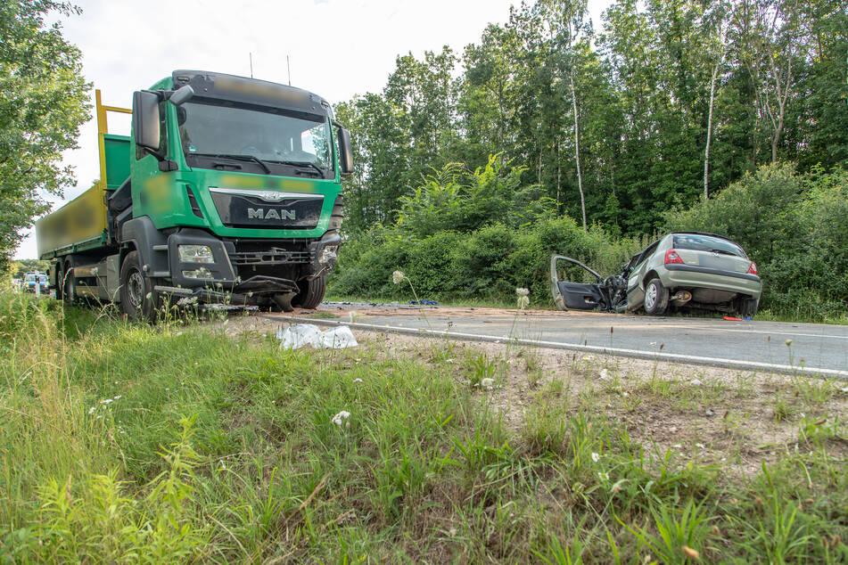 Der Renault ist frontal mit einem LKW kollidiert.