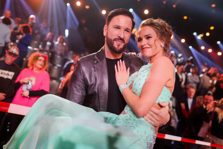 """Ein Bild vergangener Tage: Michael Wendler (48) trägt seine Laura (20) bei der RTL-Tanzshow """"Let's Dance"""" im Kölner Coloneum auf Händen."""