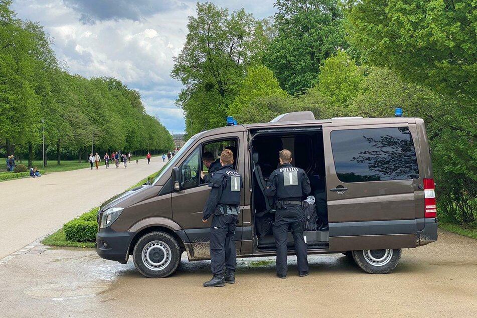 Polizei auch im Großen Garten. Viel zu tun ist bislang aber nicht.