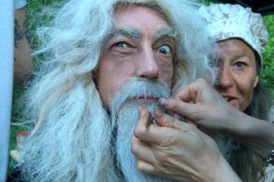 """In """"Trolls World - voll vertrollt"""" verwandelt sich Rainer König (66) in einen Zauberer, der Merlin alle Ehre machen würde."""