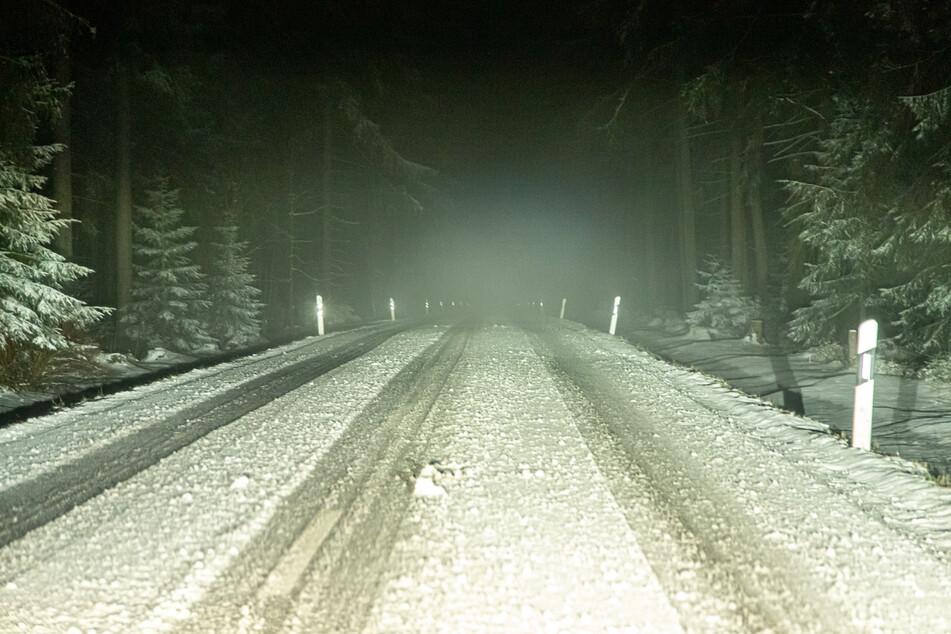 Auch auf den umliegenden Bundesstraßen lagen mehrere Zentimeter Neuschnee.