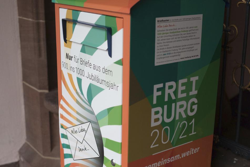 Ein Briefkasten, in den Freiburger Bürger Briefe an die Stadt Freiburg des Jahres 2120 einwerfen können, steht vor dem Rathaus der Stadt.