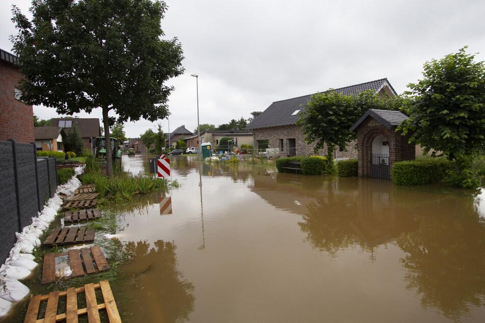 Nach dem Bruch des Damms stand der Stadtteil Ophoven nahe der niederländischen Grenze nach Feuerwehrangaben teilweise unter Wasser.