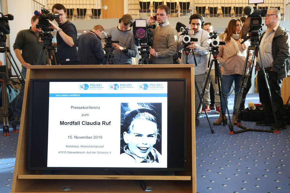 Ein Foto der vor 23 Jahren ermordeten Claudia Ruf erscheint während einer Informationsveranstaltung von Staatsanwaltschaft und Polizei.