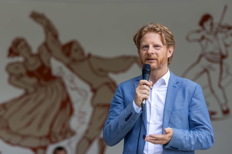 Baubürgermeister Michael Stötzer (47, Grüne) weihte den sanierten Pavillon vor dem Gemälde des Künstlers Gerhard Klampäckel ein.