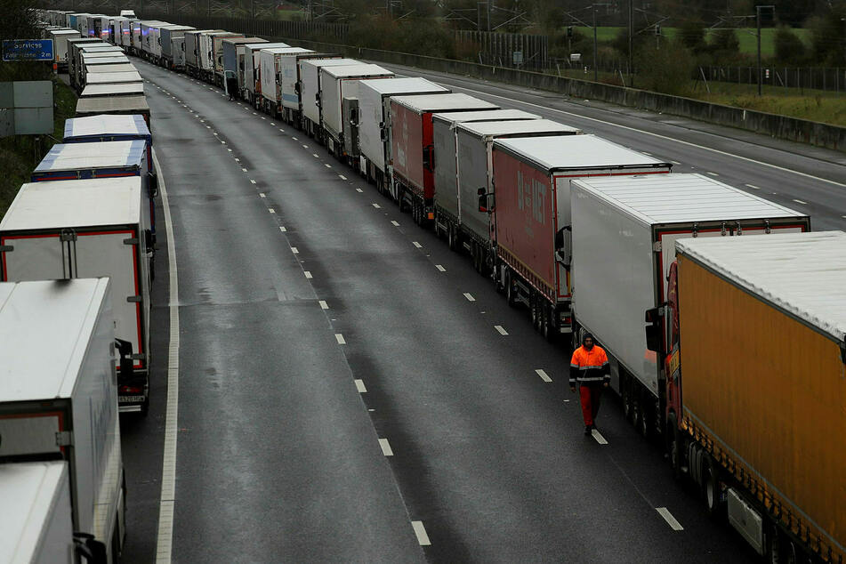 Auf der britischen M20 stehen die Lkws nach der Grenzschließung dicht an dicht.