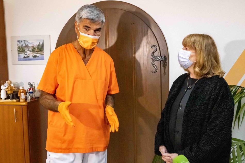 Die Hausarzt-Praxis von Andreas Preusche aus Schmiedeberg ist eine der 39 sächsischen Modellpraxen. Rechts Gesundheitsministerin Petra Köpping (62, SPD).