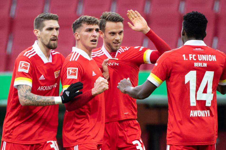 Unions Marcus Ingvartsen (2. v. r.) jubelt mit Robert Andrich (l.), Grischa Prömel und Taiwo Awoniyi (r.) über seinen Treffer zum 1:1 beim FC Augsburg.