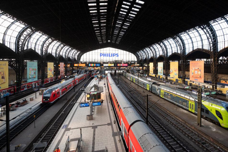 Kaum Reisende sind auf den Bahnsteigen im Hamburger Hauptbahnhof unterwegs.