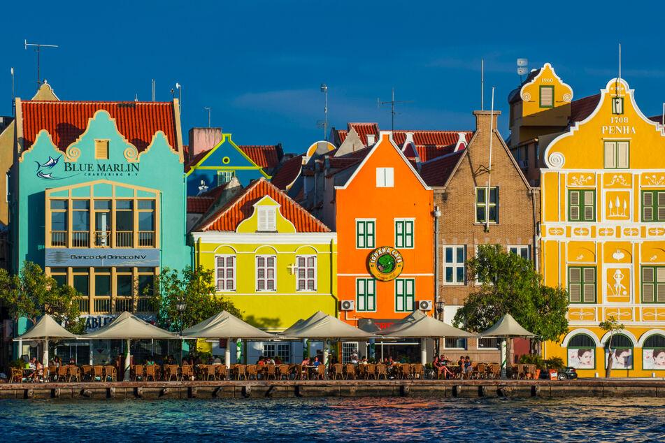 Überragender Ausblick: Von Kreuzfahrtschiffen schaut man auf die bonbonbunten Fassaden der Häuser (F.r.) - Niederlande auf Karibisch.
