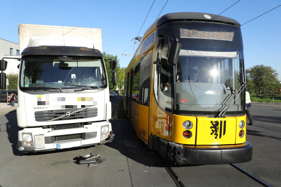 Der Lkw kollidierte seitlich mit einer Straßenbahn der Linie 3.
