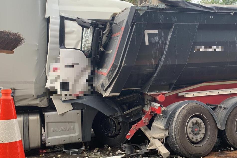 Unfall A81: Vollsperrung auf A81 nach schwerem Lkw-Unfall: Fahrer eingeklemmt und verletzt