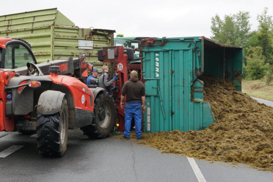 Unfall in Ostsachsen: Traktor biegt ab, voller Anhänger mit Tierfutter kippt um