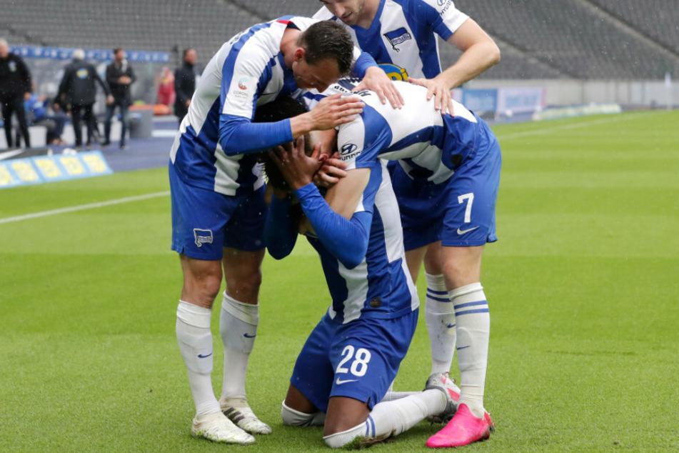 Vladimir Dairda, Krzysztof Piatek und Lukas Klünter jubeln mit Dodi Lukebakio über seinen Treffer zum 2:0.