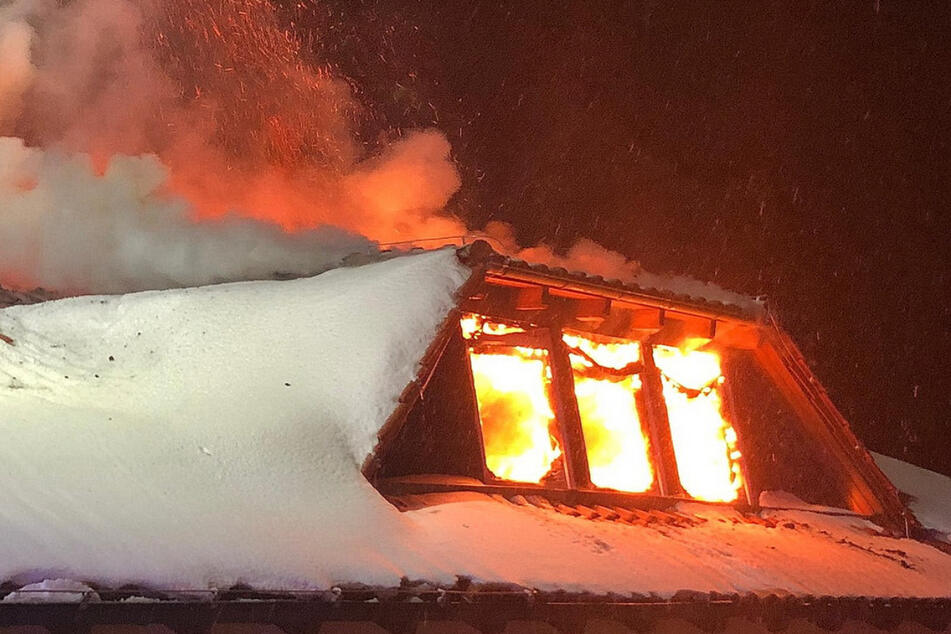 Der Dachstuhl des Einfamilienhauses brennt.