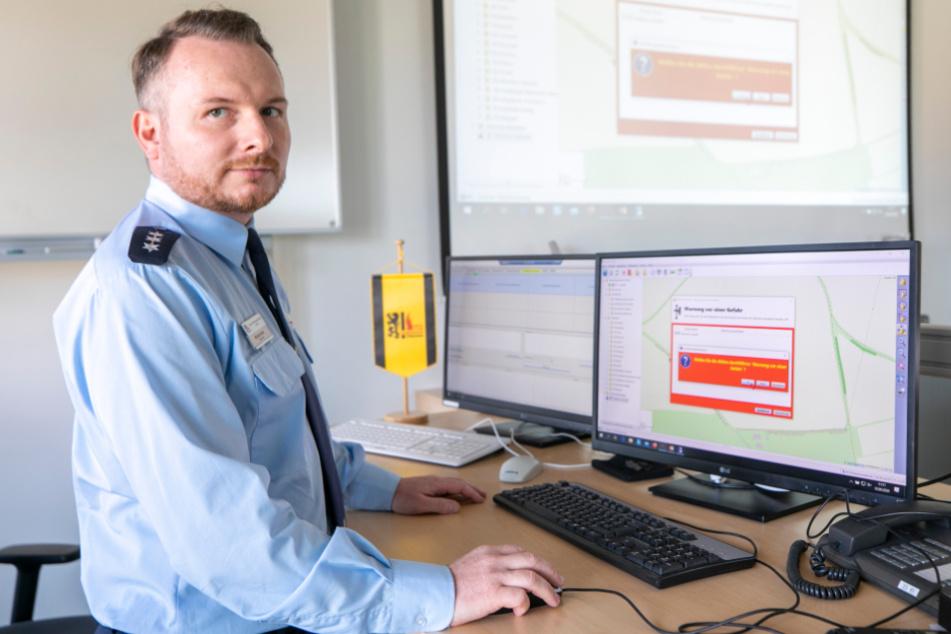 Oberbrandinspektor Michael Klahre (40) löst den Alarm mit einem Mausklick aus.