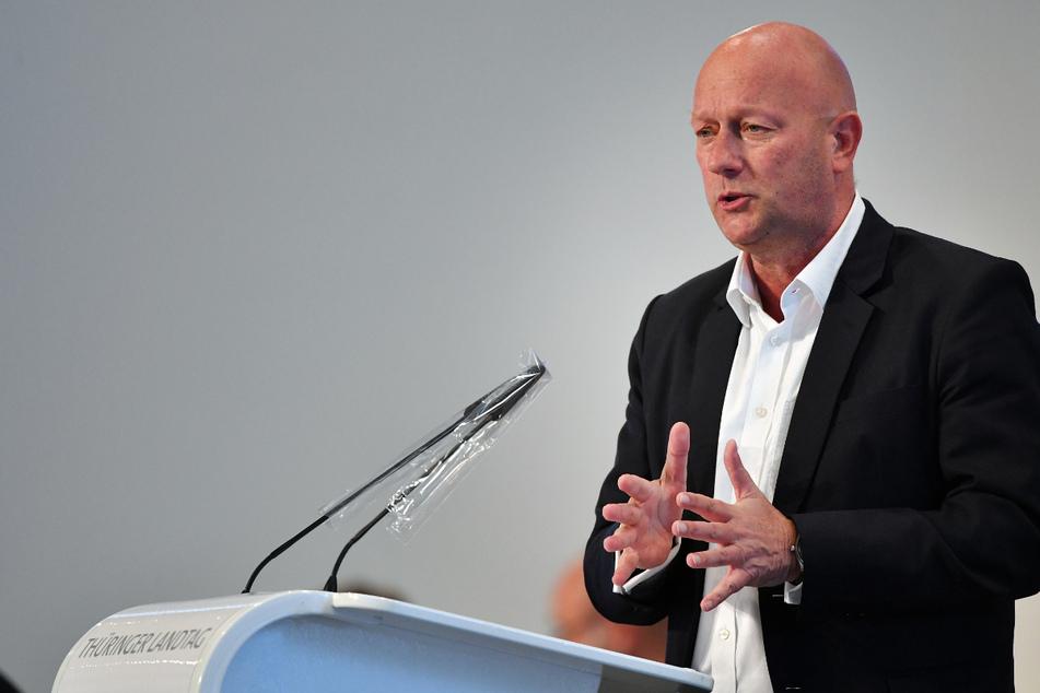 Thomas Kemmerich (56, FDP) spricht im Parksaal des Steigerwaldstadions während einer Sitzung des Thüringer Landtags. Er und seine Fraktion wollen eine neue Corona-Verordnung mit mehr Freiheiten für die Bürger.