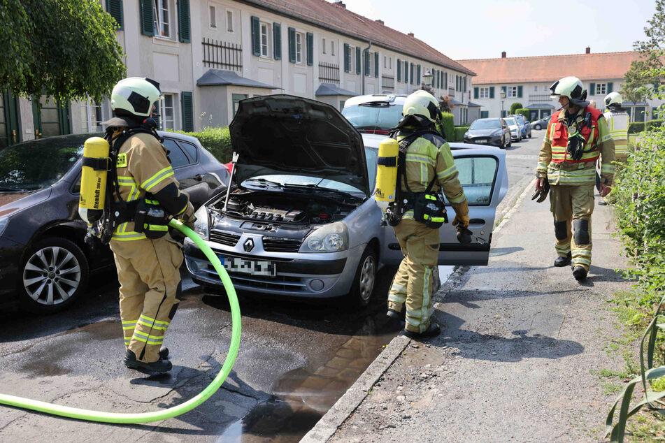 Dieser Renault fing während der Fahrt überraschend Feuer.
