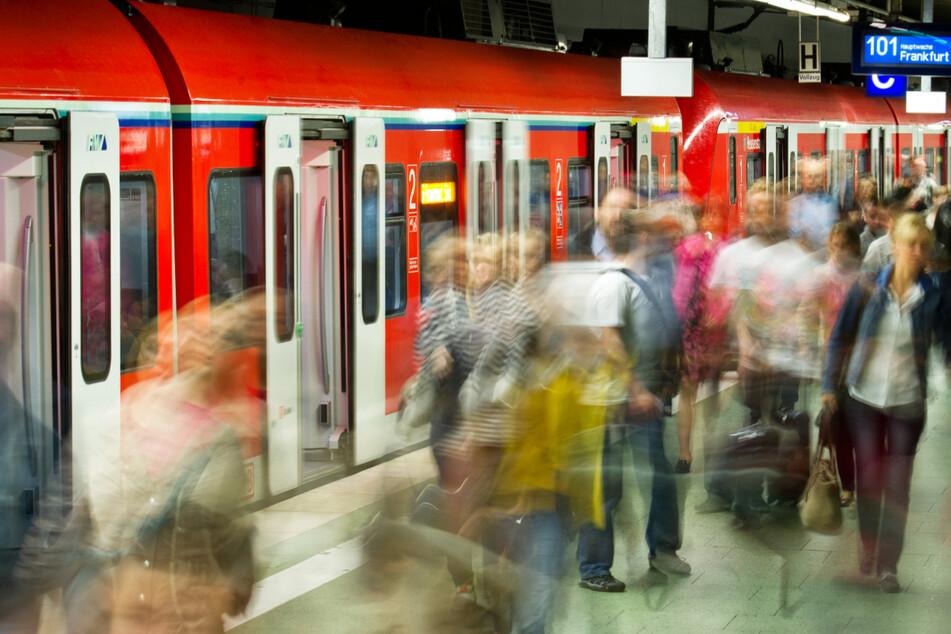 Die S-Bahnen in Frankfurt und Rhein-Main sollten nach dem Ende des Lokführer-Streiks wieder einigermaßen normal fahren. (Symbolbild)