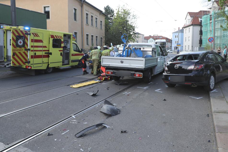 Der Transporter war gegen zwei parkende Mazdas gekracht.