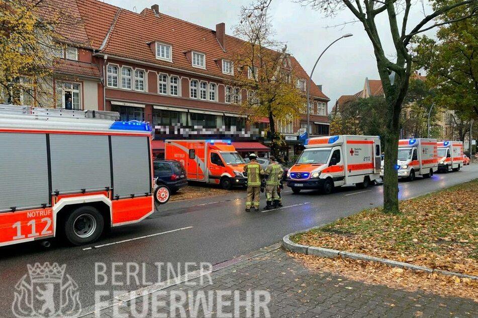 Eine Seniorin hat in Berlin-Schmargendorf die Kontrolle über ihr Auto verloren und ist in ein Café gefahren.