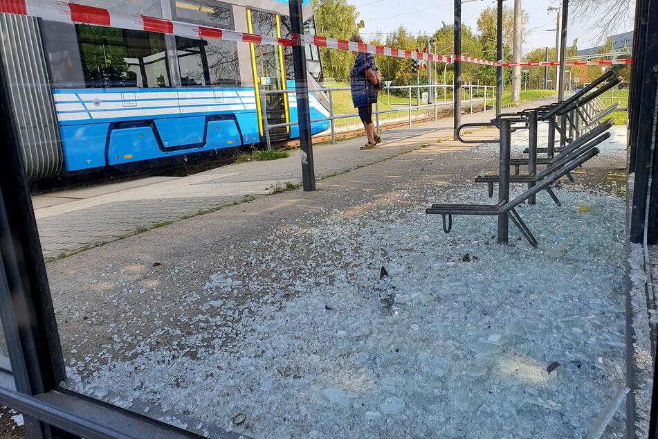 In Chemnitz wurden in der Nacht zu Sonntag mehrere Scheiben an der Haltestelle Marie-Tilch-Straße zerstört.
