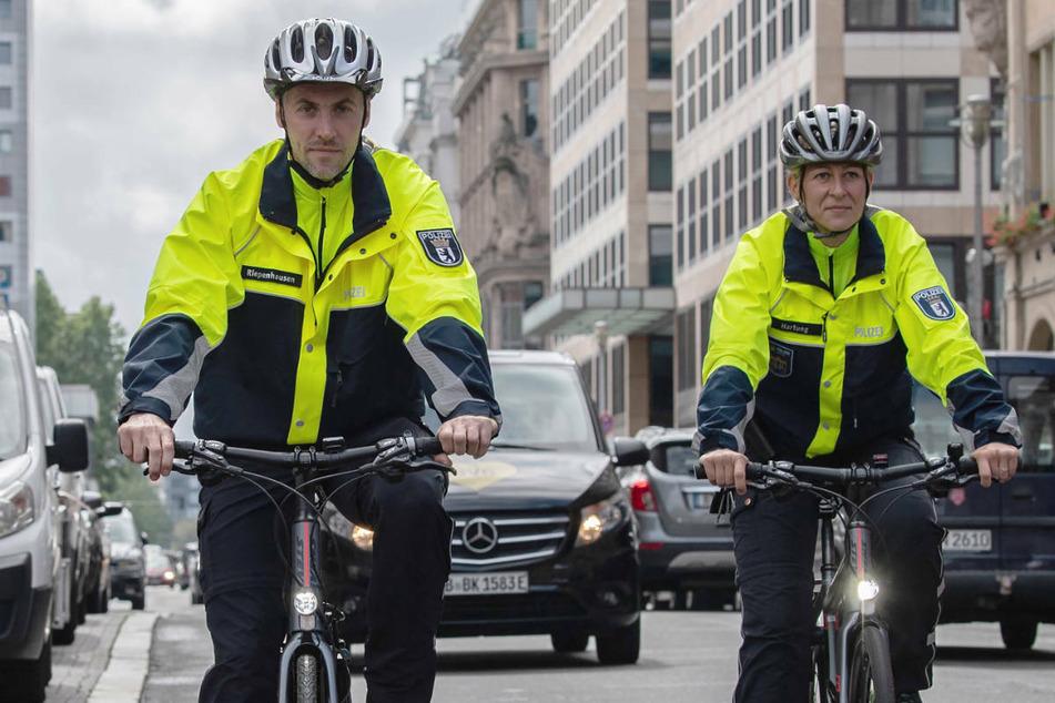 Vor allem zur Überwachung des Straßenverkehrs will die Polizei in Berlin künftig mehr Polizisten per Fahrrad in den Einsatz schicken, wie hier am Gendarmenmarkt.