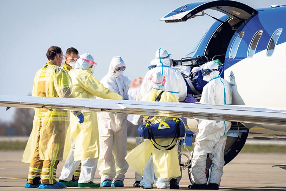 Ankunft im Learjet auf dem Dresdner Flughafen: Weil genügend Intensivbetten frei waren, konnten am 3. April Covid-19-Patienten aus dem französischen Departement Grand Est aufgenommen werden.