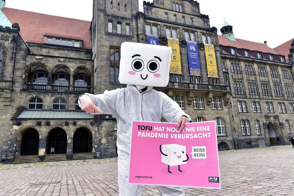 Jens Vogt (34) von der Tierrechtsorganisation PETA tanzte als Bohnenquark (Tofu) verkleidet auf dem Neumarkt.
