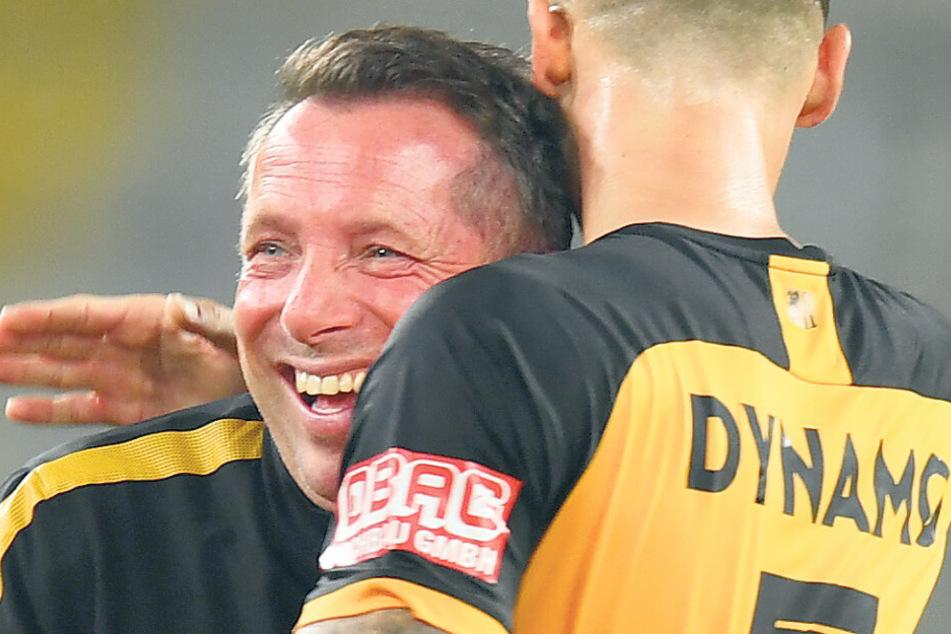 Das will er oft erleben: Dynamo-Coach Markus Kauczinski (l.) freut sich mit Panagiotis Vlachodimos über den 4:1-Sieg im DFB-Pokal gegen den HSV.