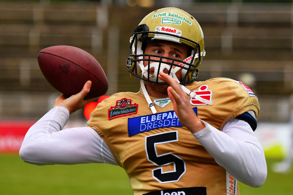 Gutes Auge, sichere Hand! Quarterback KJ Carta-Samuels (25) setzt zu einem seiner genauen Pässe an...