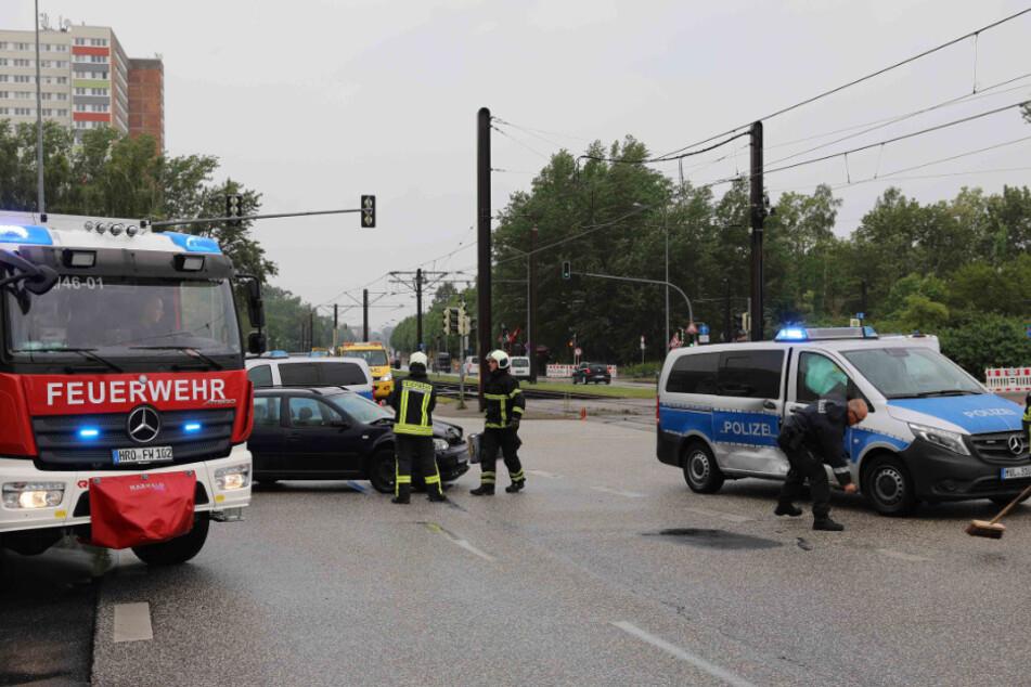 Golf kracht in Streifenwagen im Einsatz: Sechs Verletzte