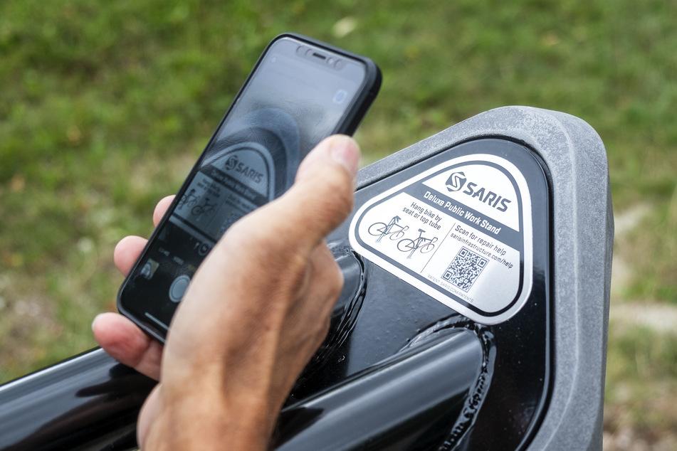 Über einen QR-Code können Reparaturanleitungen auf das Smartphone geholt werden.