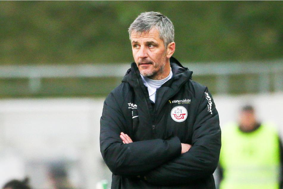Hansa-Trainer Jens Härtel (51) steht mit seinem Team erstmals seit dem 8. Spieltag wieder auf einem direkten Aufstiegsplatz.