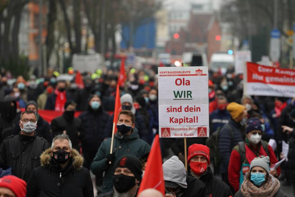 Demo in Marienfelde: Hunderte Daimler-Mitarbeiter streiken