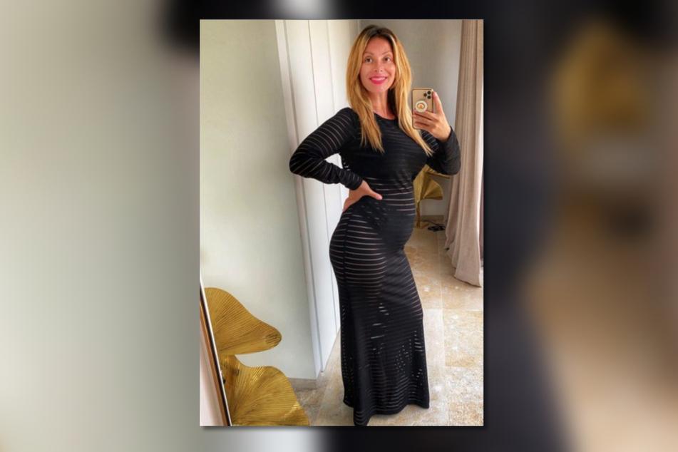 Im halb-durchsichtigen Maxi-Kleid kommt Gülcan Kamps' (38) Baby-Bauch noch mehr zur Geltung.