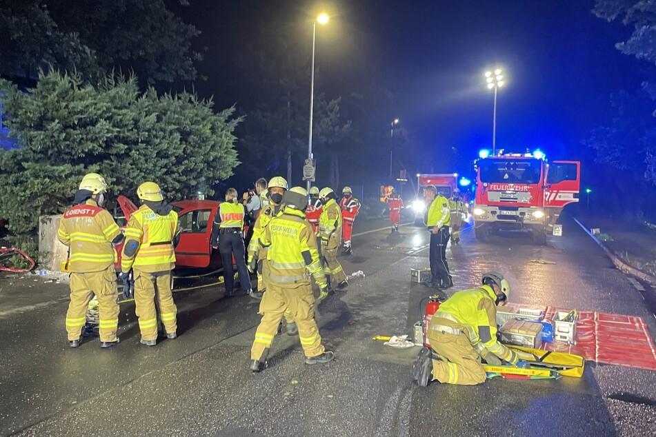 Bei dem Unfall in Bergisch Gladbach sind vier Autoinsassen verletzt worden. Ein Mann wurde mit lebensgefährlichen Verletzungen ins Krankenhaus gebracht.