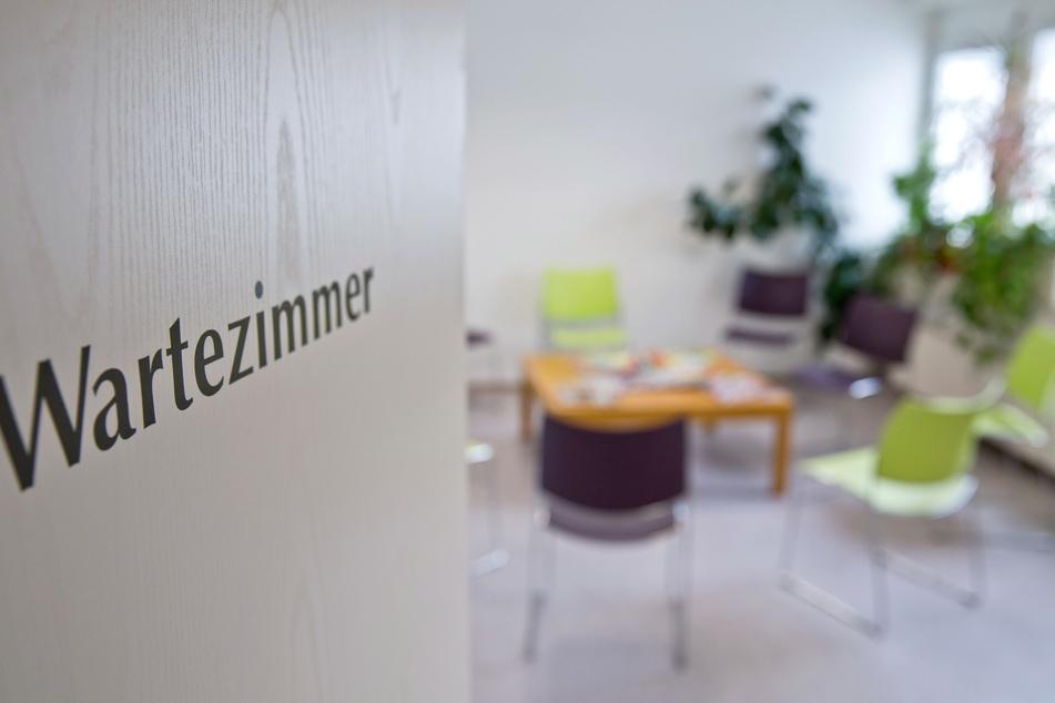 In Hamburg kommen in der Corona-Pandemie deutlich weniger Patienten in die Praxen.
