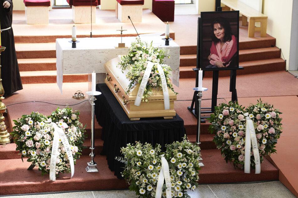 In der St. Agnes Kirche war Libuse Safrankovas Sarg zur Verabschiedung aufgebahrt.